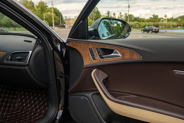 São petersburgo, rússia-18 de agosto de 2021: o interior do carro audi a6 é preto, o banco do motorista é marrom e couro bege. porta da frente para dentro