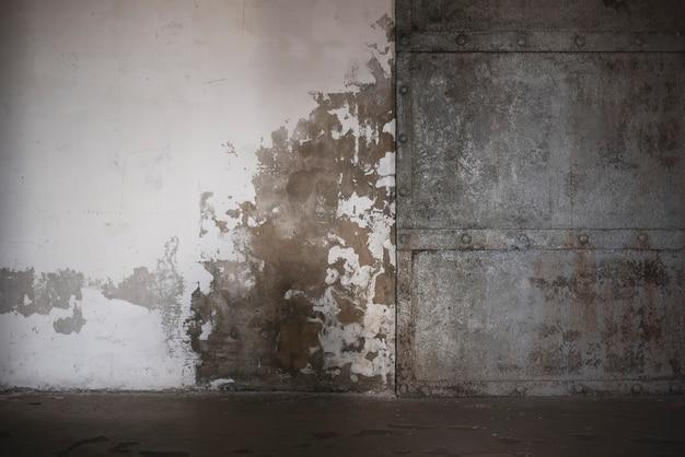São petersburgo / rússia / 23.07.2021. imagem de uma porta de metal em fort constantine, kronstadt.