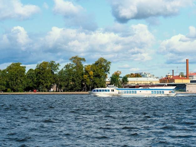 São petersburgo, um barco rápido de táxi navegando no rio neva