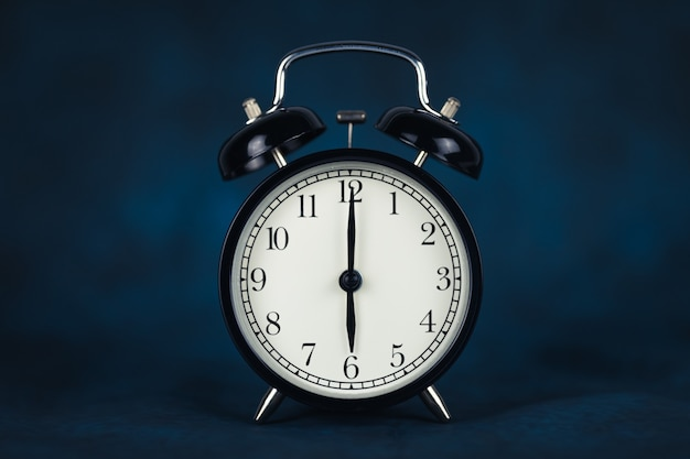 São seis horas da manhã. horário - 06-00. relógio retro. fundo escuro. copie o espaço e recorte.