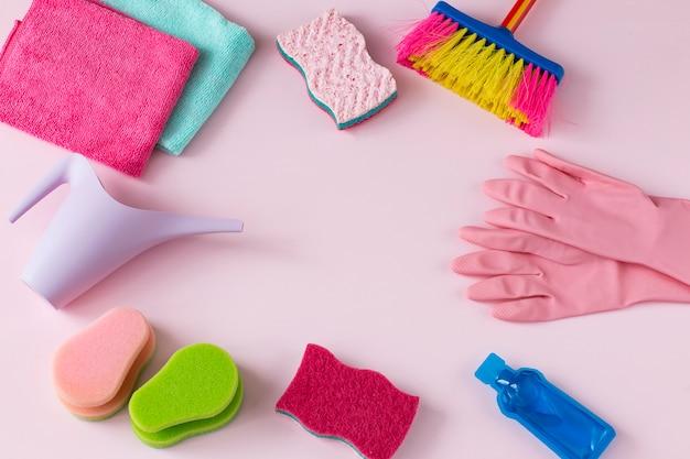 São trapos, luvas descartáveis, um regador, uma escova, um detergente e uma esponja