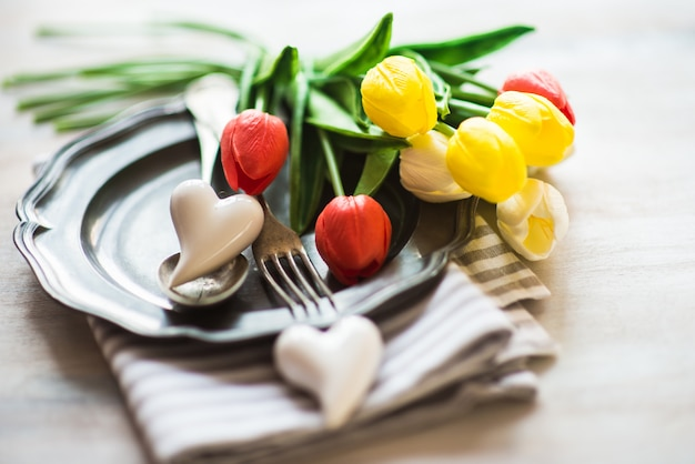 São valentim com configuração de mesa, flores e corações