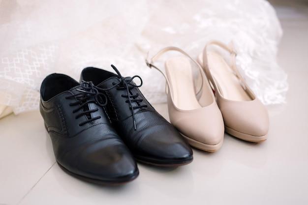 Sapatas da preparação dos noivos para o conceito do casamento.