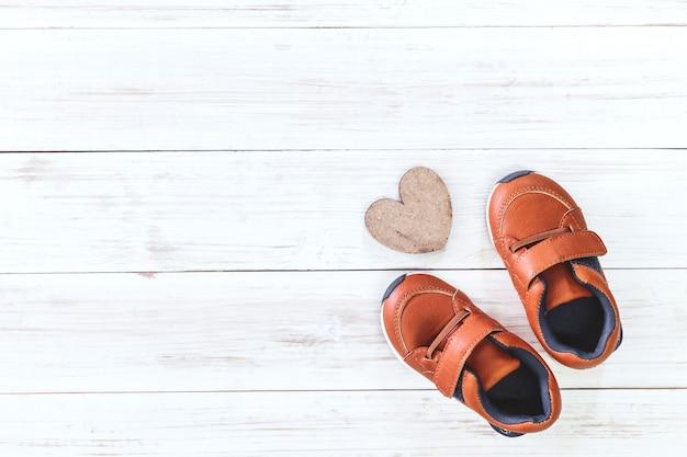 Sapatas de bebê no fundo de madeira