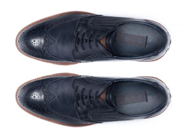 Sapatas de couro masculinas clássicas isoladas em uma vista branca, superior.