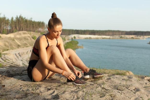 Sapatas de esporte de laço feminino.
