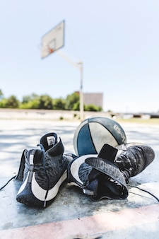 Sapatas do esporte e basquete na quadra ao ar livre