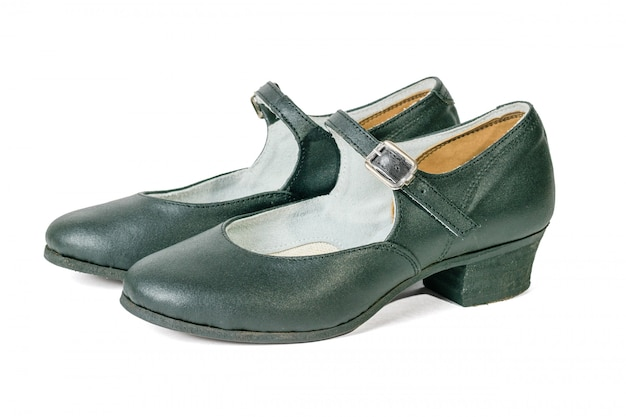 Sapatas feitos a mão da dança do couro genuíno isoladas no branco. sapatos de dança femininos.