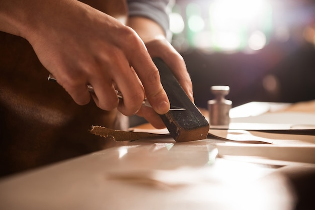 Sapateiro afiar uma faca
