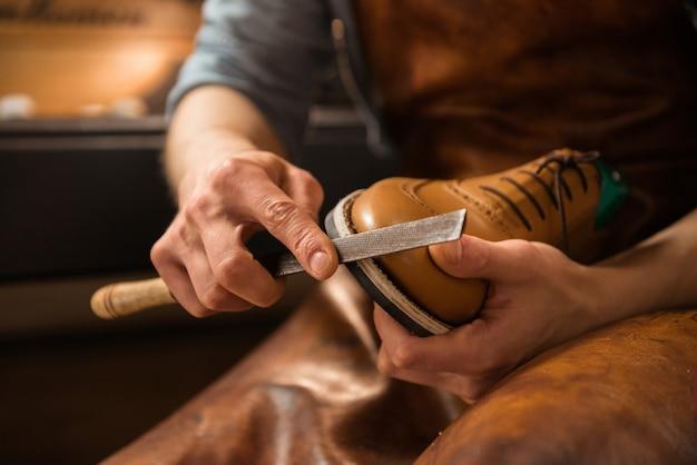 Sapateiro na oficina de fazer sapatos