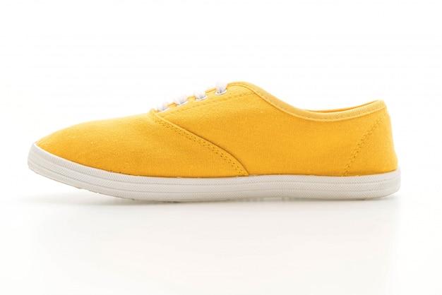 Sapatilhas amarelas sobre fundo branco