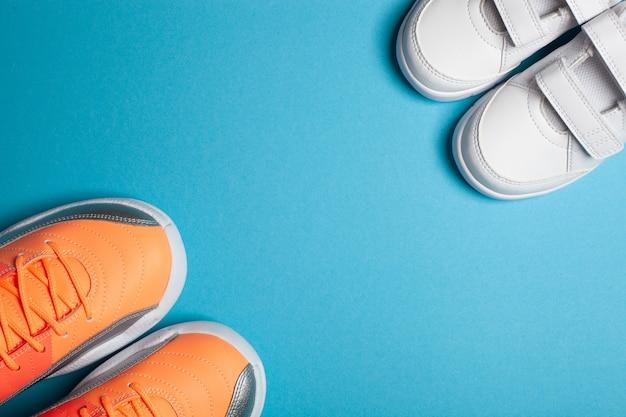 Sapatilhas de moda de rua brancas e coloridas para mães e filhos com fundo azul