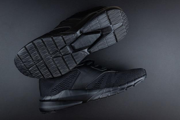 Sapatilhas em fundo preto