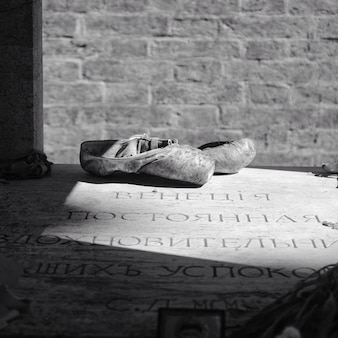 Sapatilhas em um piso latino