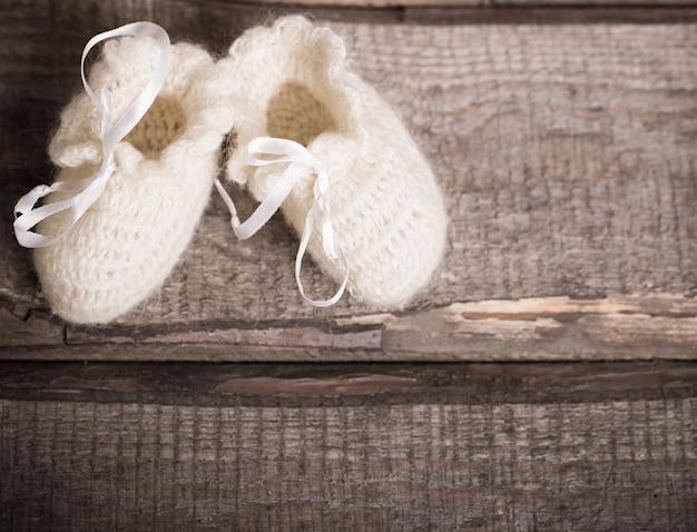 Sapatinho de bebê em fundo de madeira