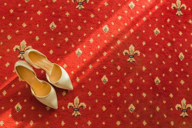 Sapato de noiva no tapete