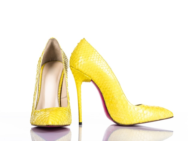 Sapato de salto alto de mulher elegante isolado no fundo branco. lindo sapato de salto alto feminino amarelo. luxo.