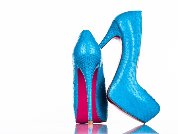 Sapato de salto alto de mulher elegante isolado no fundo branco. sapato de salto alto feminino azul lindo. luxo. retrovisor de sapatos femininos de salto alto
