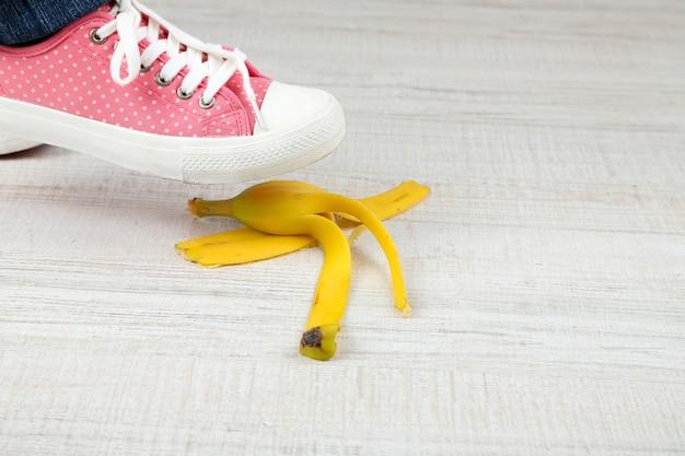 Sapato para escorregar na casca de banana e sofrer um acidente Foto Premium