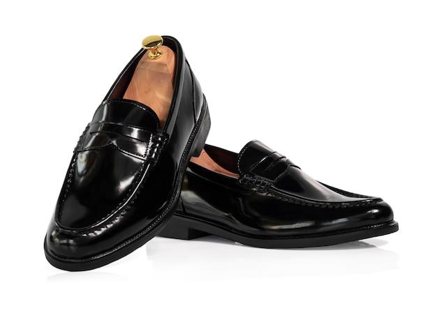 Sapato preto mocassim de couro da moda masculina com árvore de sapato (suporte de forma) isolado no branco.