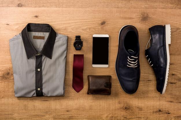 Sapatos azuis, telefone celular, gravata, notecase, relógio e camisa