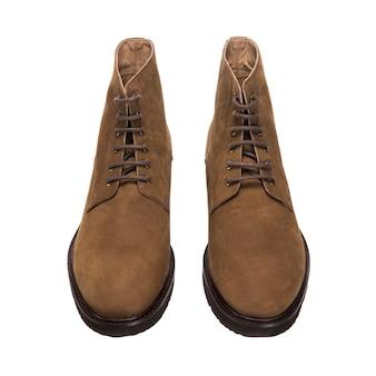 Sapatos baixos masculinos de camurça marrom isolados na superfície branca