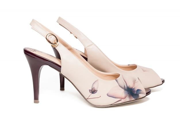 Sapatos bege femininos em um branco