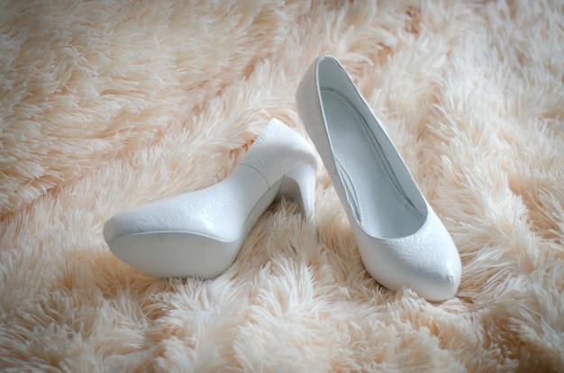 Sapatos brancos estão no cobertor
