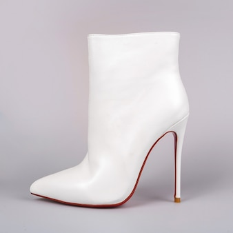 Sapatos brancos femininos elegantes