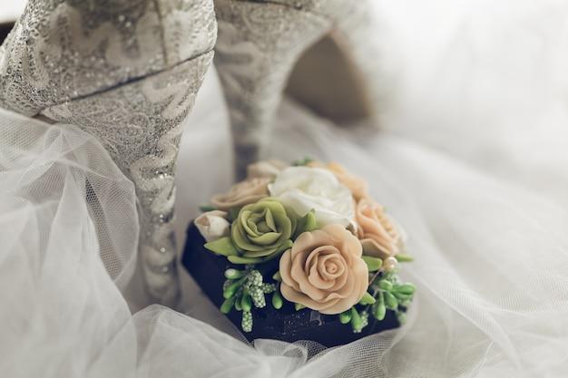 Sapatos brilhantes e texturizados de noiva