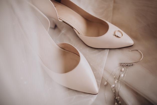 Sapatos brise com anéis de casamento