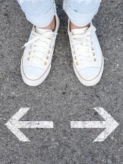 Sapatos casuais brancos, tomada de decisão
