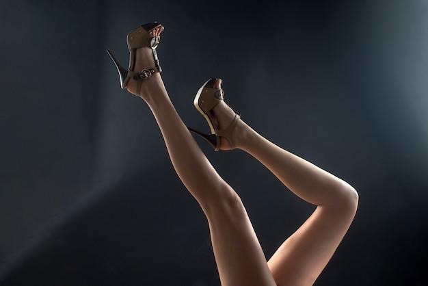 Sapatos da moda. pernas finas de mulher sexy de salto.