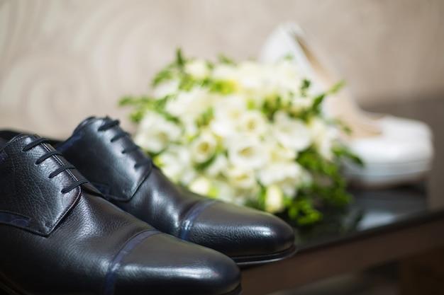 Sapatos da noiva e do noivo em parquet. fundo de casamento