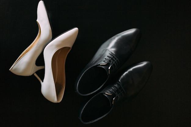 Sapatos da noiva e do noivo