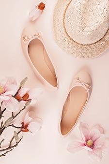 Sapatos de bailarina de cor nua e flores de magnólia.
