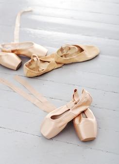 Sapatos de balé deitados sozinhos no chão