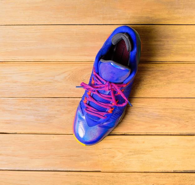 Sapatos de basquete esporte ou tênis na placa de madeira