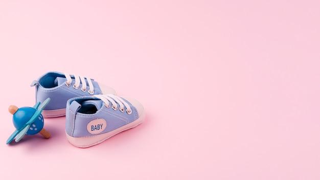 Sapatos de bebê adorável com espaço de cópia