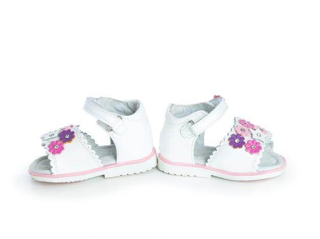 Sapatos de bebê brancos em um fundo branco