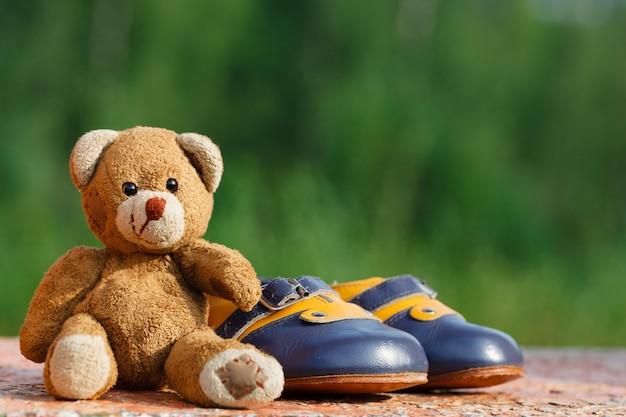 Sapatos de bebê com ursinho de pelúcia