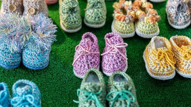 Sapatos de bebê feitos à mão e botinhas para bebês