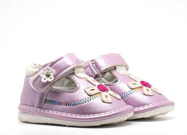 Sapatos de bebê isolados no fundo branco