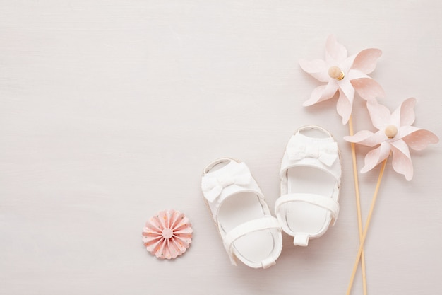 Sapatos de bebê recém-nascido bonito menina.