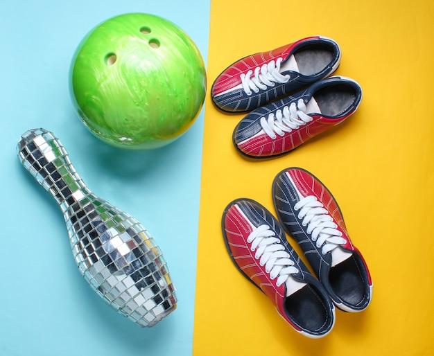 Sapatos de boliche, skittle espelho espelho e bola de boliche em amarelo azul.