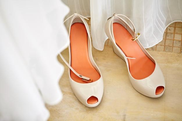Sapatos de bombas nude para mulheres bonitas com palmilhas laranja-avermelhadas