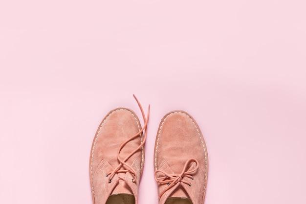 Sapatos de camurça laranja com fundo rosa