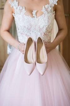 Sapatos de casamento bege nas reuniões da noiva