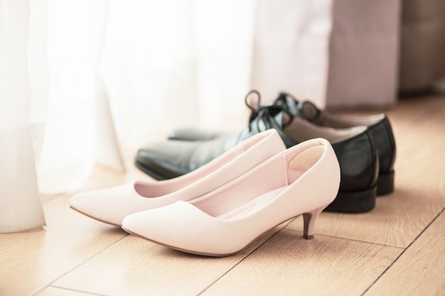 Sapatos de casamento branco no quarto de casamento