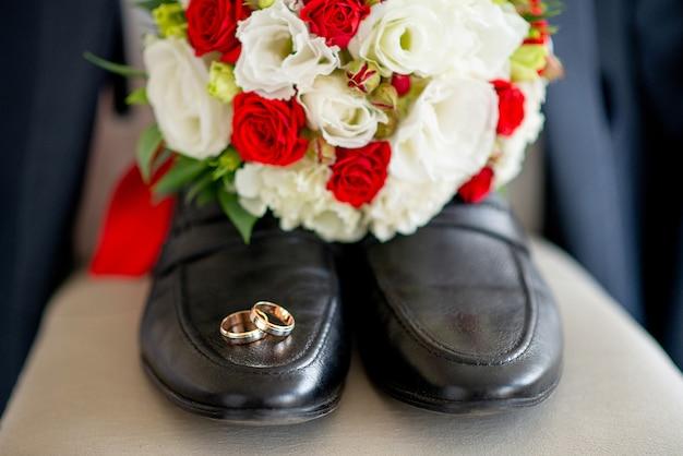 Sapatos de casamento com anéis